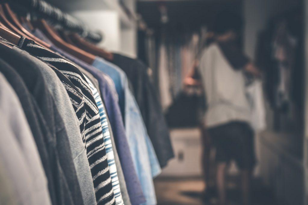 représentation d'habits dans une penderie, signe de la surconsommation des produits textiles